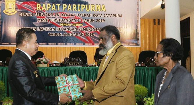 Wawali Ir. H. Rustan Saru, MM saat menyerahkan LKPD 2018 kepada Ketua Dewan Kota Abisai Rollo, SH