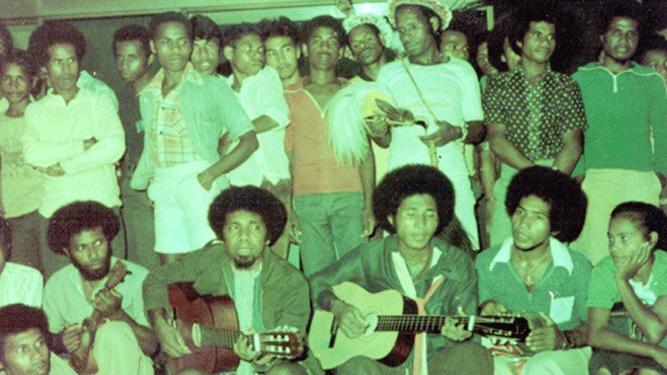 Semasa hidupnya, Arnold Clemens Ap (duduk keempat dari kanan) saat bersama grup vokal Mambesak