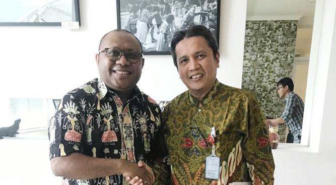 Plt. Kepala Disorda Papua, Alexander Kapisa, ST (kiri) bersama Asdep Keolahragaan PMK, Gatot Hendrarto