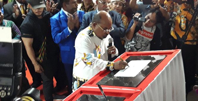 Penandatanganan prasasti peresmian oleh Gubernur Papua Lukas Enembe