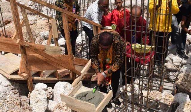 Bupati Malra, M. Thaher Hanubun melakukan prosesi peletakan batu pertama pembangunan Gereja Santa Maria Immaculata, Kei Kecil, Kabupaten Maluku Tenggara, Maluku, Sabtu (31/8)