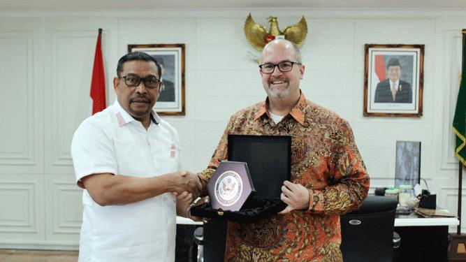 Gubernur Maluku Murad Ismail (kiri) dan Konsul Jenderal AS, Mark McGovern