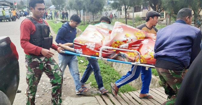 Aparat keamanan saat melakukan evakuasi terhadap jasad korban penmbakan KKSB