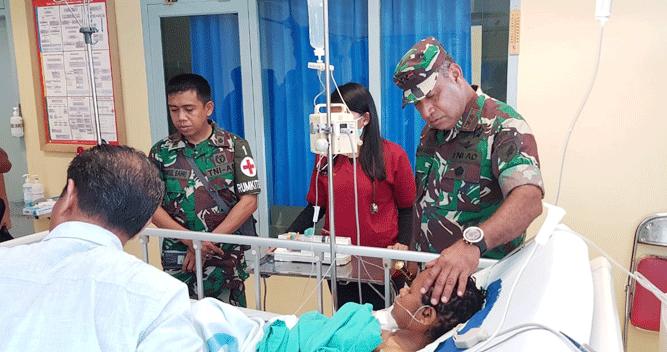 Pangdam XVII/Cenderawasih Mayjen TNI. Herman Asaribab saat menjenguk salah satu korban