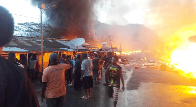 Api sementara membakar 150 bangunan kios yang berada di Jalan Balusu, Distrik Oksibil Kabupaten Pegunungan Bintang