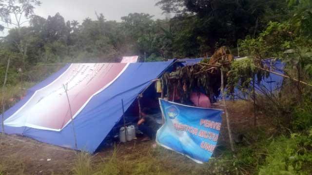 Tenda-tenda Pengungsi di Bukit, Desa Poka - Kota Ambon (foto : fb Samiun Abdullah)