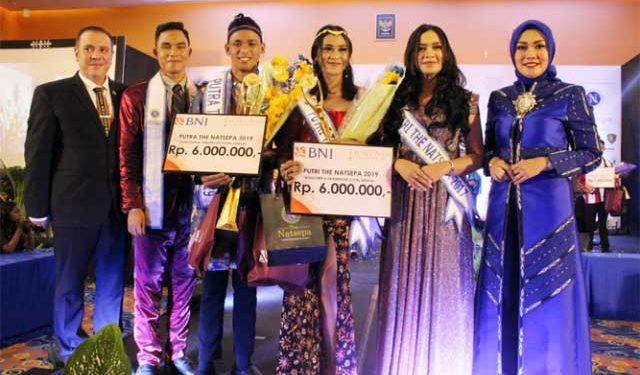 Widya Murad Ismail (paling kanan) berfoto bersama pemenang Putra-Putri The Natsepa 2019 adalah Wellem Sabono (Putra) dan Olivia Lebrina Inuhan (Putri), dan GM The Natsepa Hotel,  Miguel Garcia,(paling kiri)