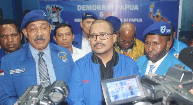 Sekretaris DPD Partai Demokrat Papua, Carolus Bolly (kiri) saat memberikan pernyataan pers