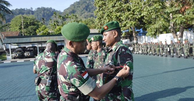 Danrem 172/PWY Kolonel Inf J. Binsar Parluhutan Sianipar saat memimpin prosesi kenaikan pangkat
