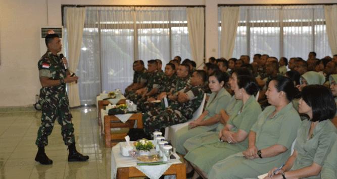 Danrem 172/PWY Kolonel Inf J. Binsar Parluhutan Sianipar saat memberikan arahan kepada jajarannya