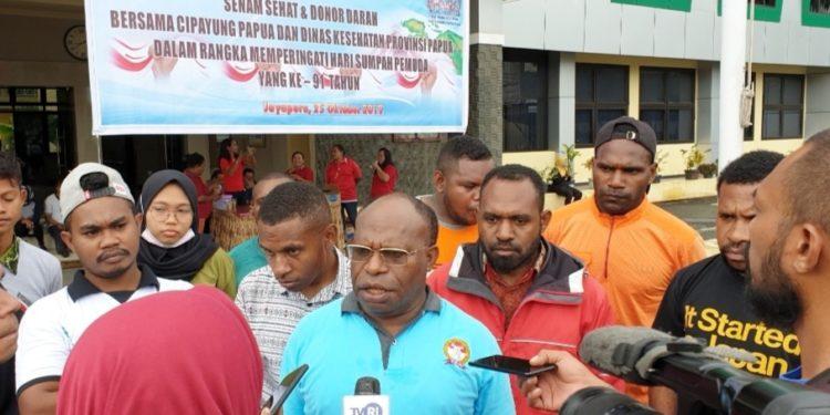 Kadinkes Papua, dr. Aloysius Giay, M.Kes saat memberikan pernyataan pers