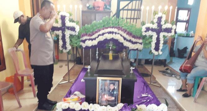 Kabid Humas Polda Papua Kombes Pol AM. Kamal, SH saat memberikan penghormatan kepada almarhum Alberth Matatula