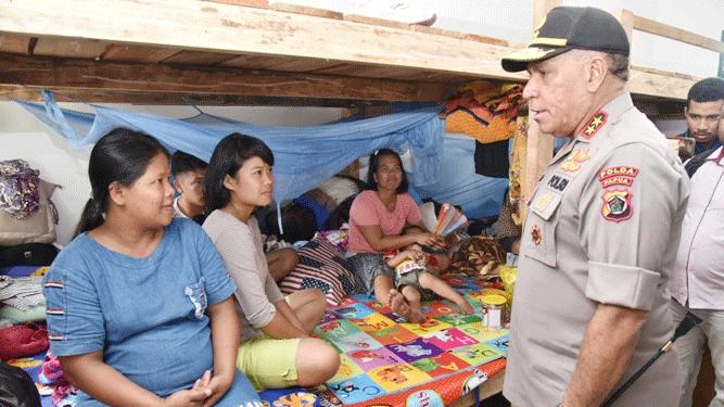 Kapolda Papua Irjen. Pol. Paulus Waterpauw saat berbincang dengan warga pengungsi korban rusuh Wamena yang menempati penampungan sementara di Rindam XVII Cenderawasih