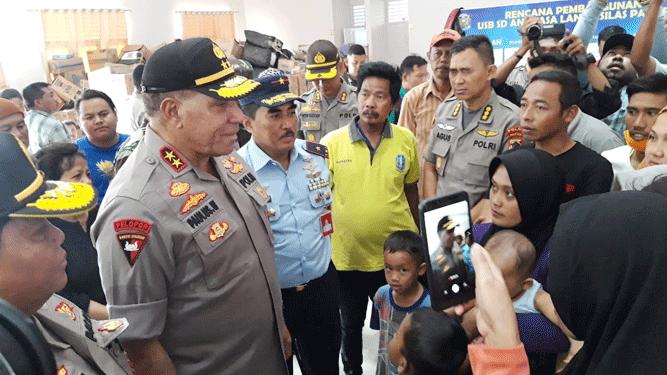 Kapolda Papua Irjen Pol. Paulus Waterpauw saat mengunjungi para pengungsi asal Wamena yang tersebar pada 6 titik di Sentani, Kabupaten Jayapura, Selasa (1/10/2019)