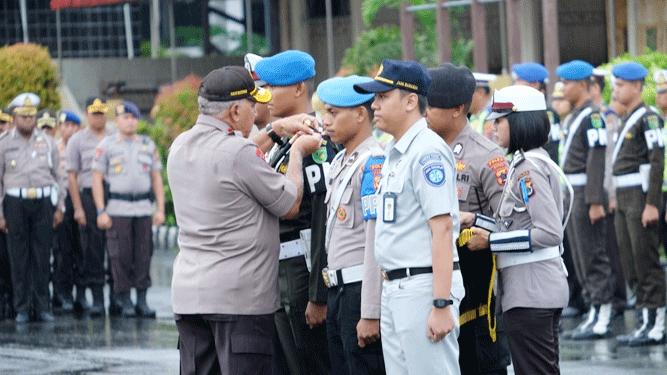 Pemasangan pita kepada petugas oleh Kapolda Papua Irjen Pol. Paulus Waterpauw