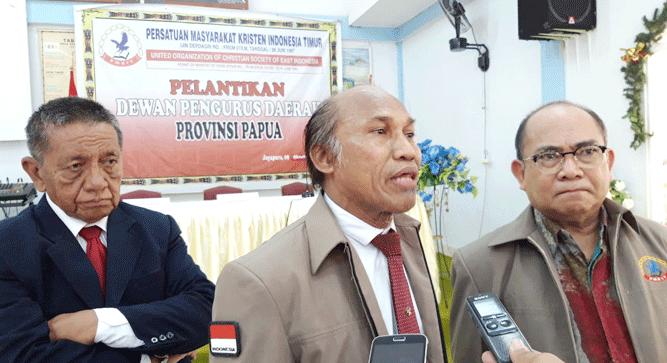 Ketua DPP PMKTI Wilhemus Latumahina (tengah) saat menyampaikan pernyataan pers