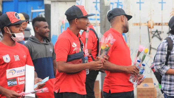 Para peman Persipura saat aksi turun ke jalan dukung Papua Damai sambil membagikan bunga dan air kepada masyarakat