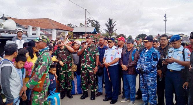 Pangdam XVII/Cenderawasih bersama Danlanud Silas Papare Jayapura bersama paguyuban saat kunjungi pengungsi di Wamena