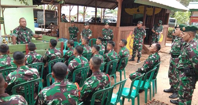 Pangdam XVII/Cenderawasih Mayjen TNI Herman Asaribab saat berdialog dengan personel Satgas Pamtas RI - PNG