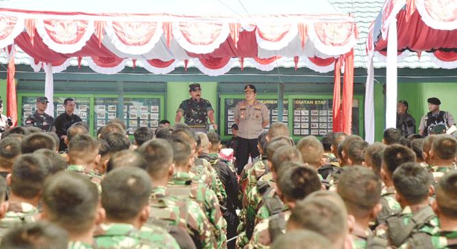 Panglima TNI Marsekal Hadi Tjahjanto didampingi Plt. Kapolri Komjen. Pol. Ari Dono, saat memberikan arahan kepada prajurit TNI - POLRI, di Wamena, Sabtu (26/10/2019)