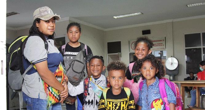 Salah satu keluarga pengungsi yang hendak kembali ke Wamena, Kabupaten Jayawijaya