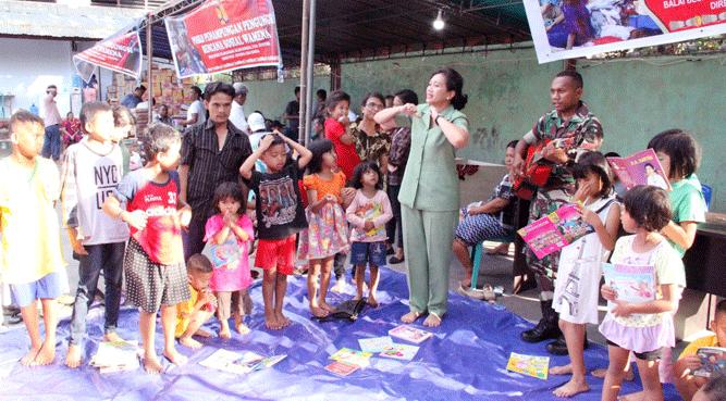 Ketua Persit Koorcabrem 172/PWY,  Ny Dewi Binsar Sianipar didampingi jajaran pengurus menggelar Trauma Healing kepada anak-anak korban rusuh Wamena di lokasi pengungsian BBPJN  XVIII Jayapura, Distrik Abepura, Kota Jayapura, Senin (7/10/2019)