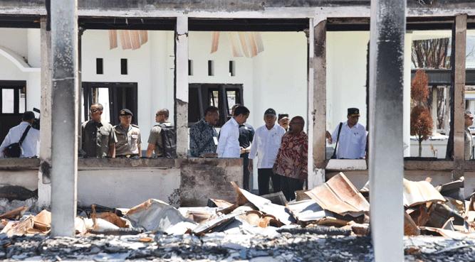Presiden RI beserta rombongan saat meninjau Pasar Wouma, salah satu fasilitas yang terbakar saat aksi rusuh pada September lalu