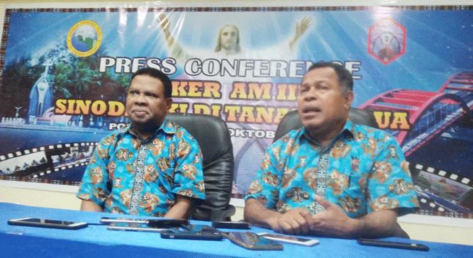 Ketua Klasis Port Numbay, Pdt.Hein Carlos Mano dan Ketua Sinode GKI di Tanah Papua, Pdt. Andrikus Mofu (kanan)