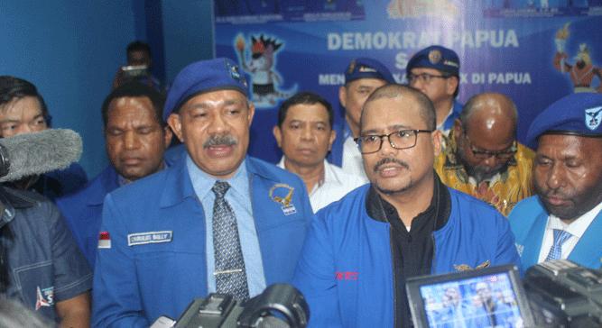 Wakil Sekjen DPP Partai Demokrat, Muhamad Rifai Darus (kaca mata) saat memberikan pernyataan pers