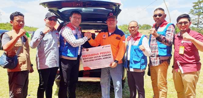 GM PT Pertamina (Persero) MOR VIII Gema Iriandus Pahalawan menyerahkan bantuan kepada pengungsi yang diterima Kepala BPBD Kabupaten Maluku Tengah, Bob Rahmat, Selasa (1/10/2019)