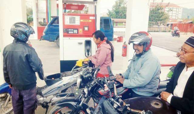 Warga sedang melakukan pengisian BBM