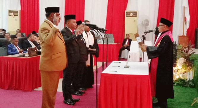 Ketua PN Jayapura Khamim Tohari, SH, M.Hum memimpin langsung prosesi pengambilan sumpah janji jabatan pimpinan DPRD Kota Jayapura periode 2019 - 2024, Senin (18/11/2019)
