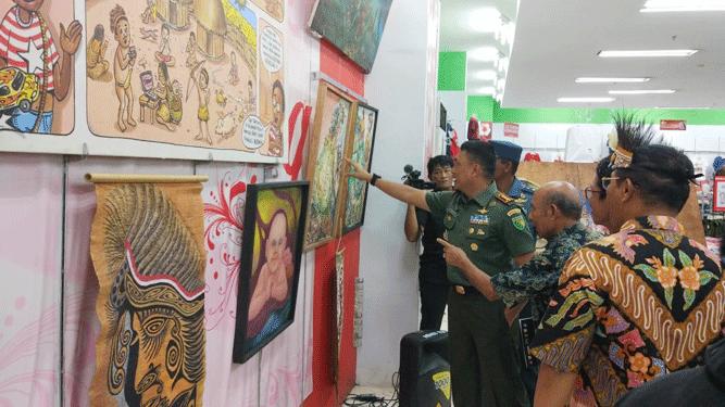 Pemeran Seni Rupa dengan tema Ekspresi Noken 2019 yang diselenggarakan ISBI Tanah Papua bekerja sama dengan Kementerian Pendidikan Dan Kebudayaan RI bertempat di Mall Ramayana, Distrik Abepura, Jayapura, Rabu (20/11/2019)