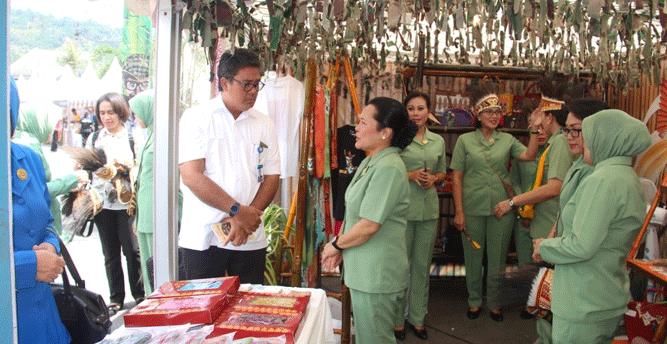 Kepala BI Papua Naek Tigor Sinaga saat menyempatkan diri melihat stand milik Dharma Pertiwi Daerah