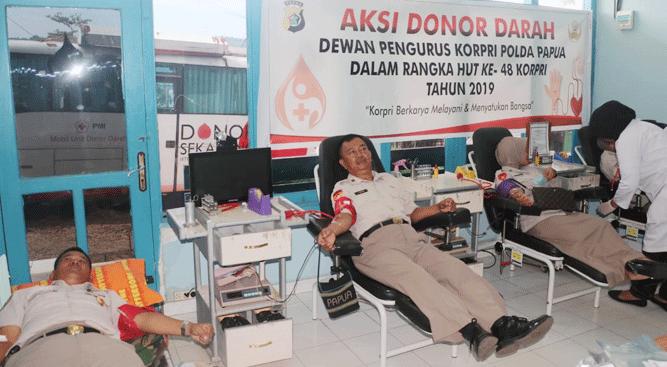 ASN Polda Papua saat proses donor darah bekerjasama dengan PMI, Senin (25/11/2019)