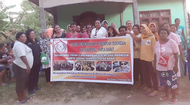 Ketua DPD FPPI Papua, Yosmina Wafma Walilo (baju putih) pose bersama pengurus DPC FPPI Kota Sorong