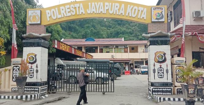 Gerbang masuk Mapolresta Jayapura Kota ditutup sebelah