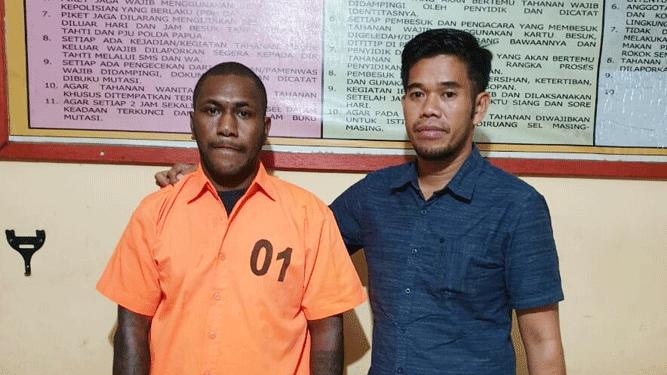 RKY (kiri), Tersangka Ujaran Kebencian jelang 1 Desember 2019 saat diamankan di Mapolda Papua, Kamis (21'11/2019)