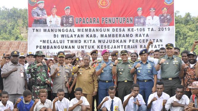 Foto bersama usai penutupan giat TMMD Reguler ke - 106 Tahun 2019 Kodim 1712/Sarmi di Kampung Namunaweja, Mamberamo Raya, Kamis (31/10/2019)