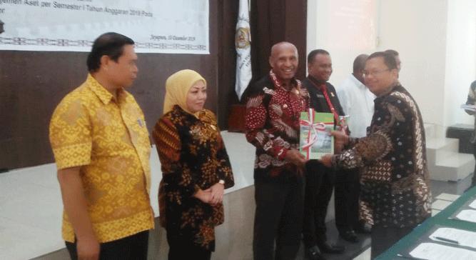 Wali Kota Jayapura DR. Benhur Tomi Mano, MM saat menerima LHP 2019 dari Kepala BPK Perwakilan Provinsi Papua, Paula Henry Simatupang
