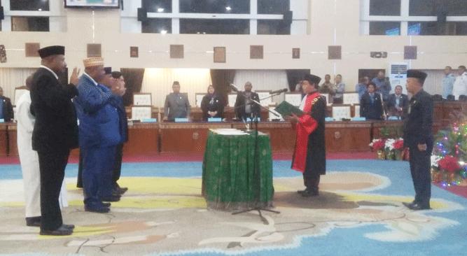 Prosesi pengambilan sumpah / janji jabatan pimpinan definitif DPR Papua periode 2019 – 2024, Selasa (17/12/2019) malam