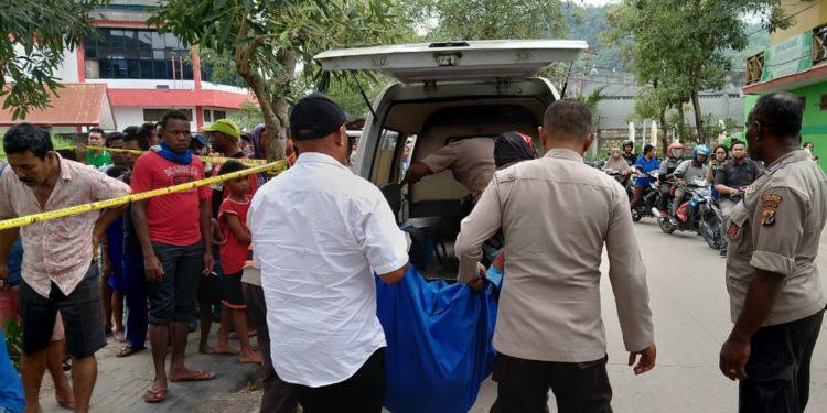 Jasad korban saat berada di lokasi kejadian sesaat sebelum dievakuasi ke RS. Bhayangkara Polda Papua di Kotaraja, Minggu (8/12/2019)