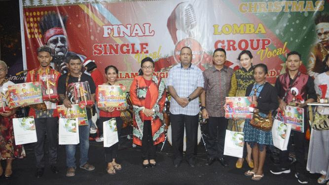 Pangdam XVII/Cenderawasih Mayjen TNI. Herman Asaribab saat foto bersama para pemenang lomba