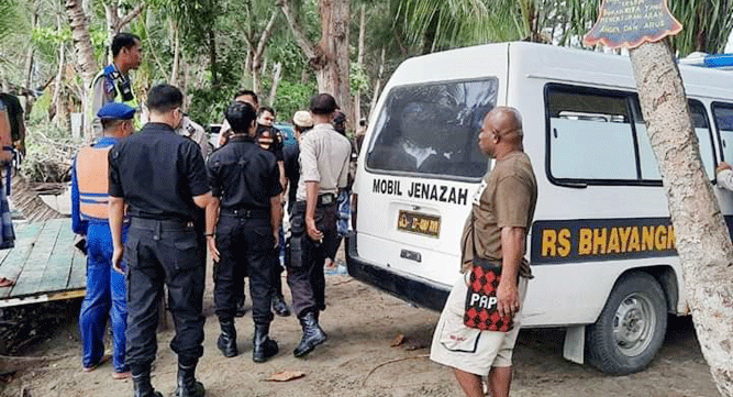 Proses evakuasi jasad korban tenggelam di Pantai Holtekam, Kota Jayapura