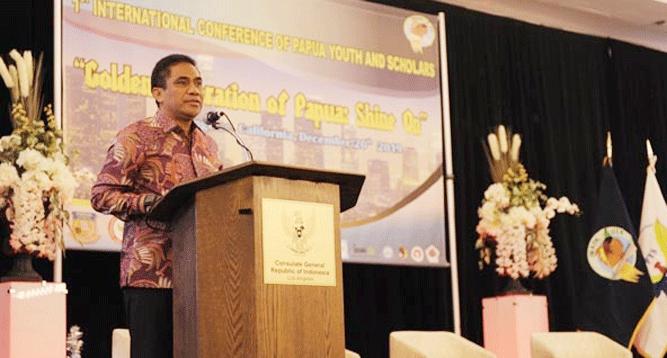 Sekda TEA. Hery Dosinaen,SIP, MKP, M.Si saat menyampaikan sambutannya mewakili Gubernur di Konferensi Internasional Pemuda dan Cendekiawan Papua, Jumat pagi (20/12/2019) di AS