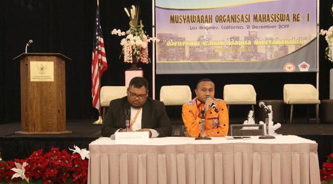 Anggota DPR-RI, Yan P. Mandenas saat menjadi pemateri (kanan)