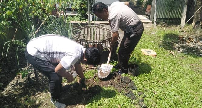 Jajaran Polsek Yapen Selatan saat melaksanakan penanaman pohon di areal Mapolsek setempat, Senin (6/1/2020)