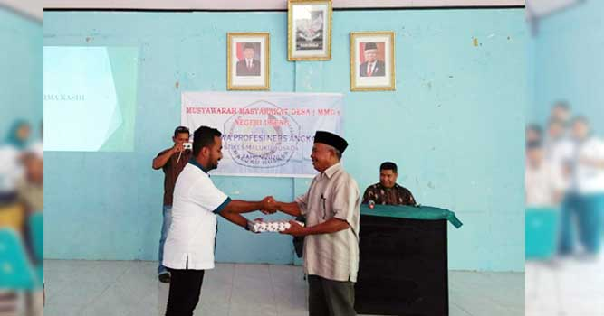 Ketua kelompok Bahari, Mahasiswa STIKES Maluku Husada memberikan cinderamata kepada penjabat pemerintah Negeri Ureng