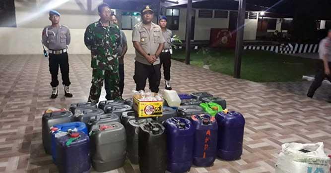 Kapolres Maluku Tenggara, AKBP Alfaris Pattiwael didampingi Dandim 1503/Tual, Letkol Inf La Ode Mohammad Sabarudin bersama Barang Bukti Minuman Tradisional Sopi