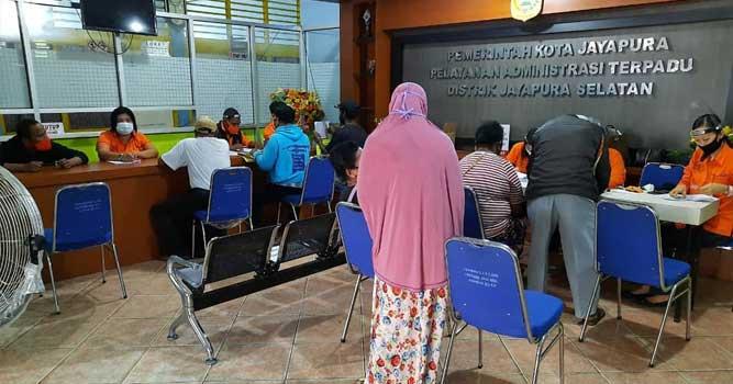 Pelaksanaan penyaluran Bantuan Sosial Tunai (BST) Tahap III Tahun 2020 di kantor Distrik Jayapura Selatan